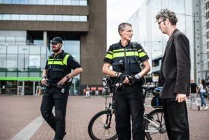 Politie in de raadzaal en zwembad in het journaal